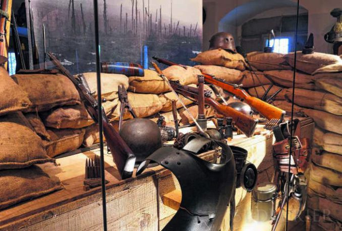 Dieser von Kustos Peter Graubach nachempfundene Schützengraben ist Teil der aktuellen Ausstellung im Städtischen Museum Überlingen, die am Donnerstag eröffnet wurde. | Bild: Erwin Niederer – Südkurier