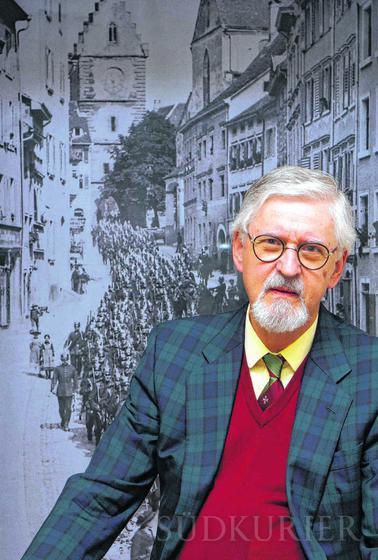 Georg Reichlin von Meldegg vor einem Foto in der aktuellen Ausstellung im Städtischen Museum. | Bild: Erwin Niederer