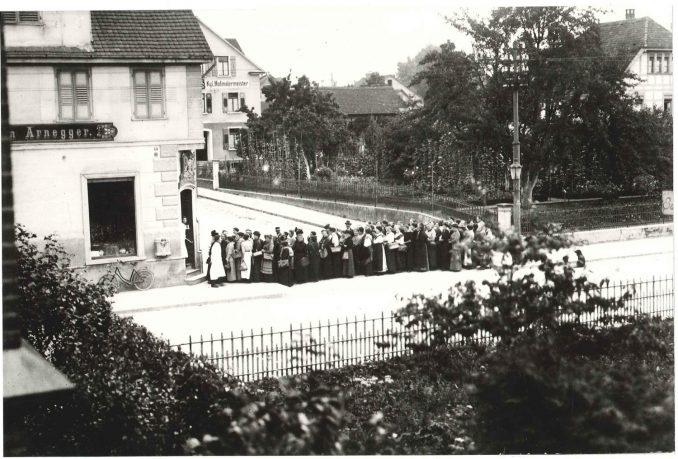 Anstehen vor einer Metzgerei in Friedrichshafen im Jahre 1917 Foto: Kreiskulturamt