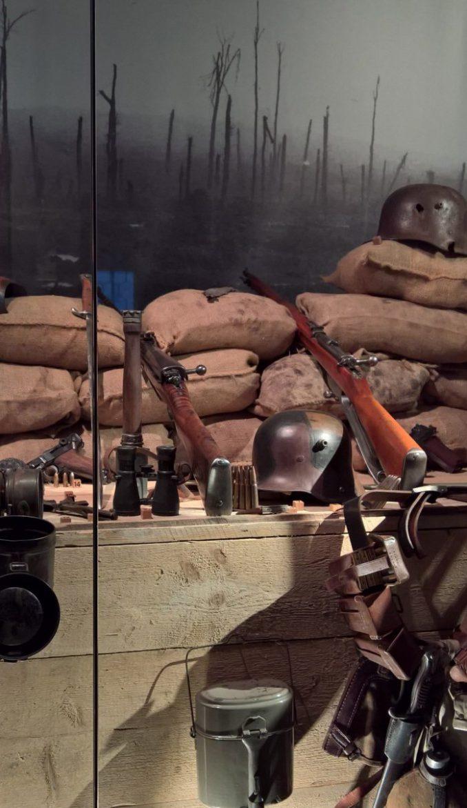 Dieser von Kustos Peter Graubach nachempfundene Schützengraben ist Teil der aktuellen Ausstellung